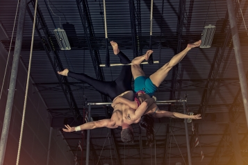 double trapeze single knee hang