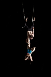 duo trapeze single leg hold