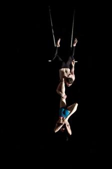 duo trapeze single leg hold
